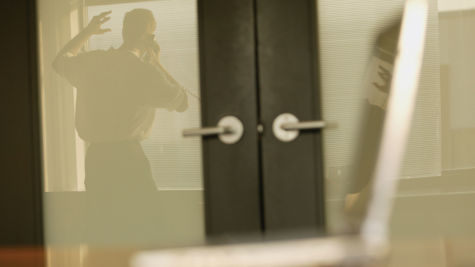 Mann telefoniert im Büro